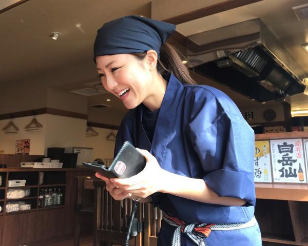 もつ焼坊っちゃん船橋本店では、笑顔でのお客様対応!
