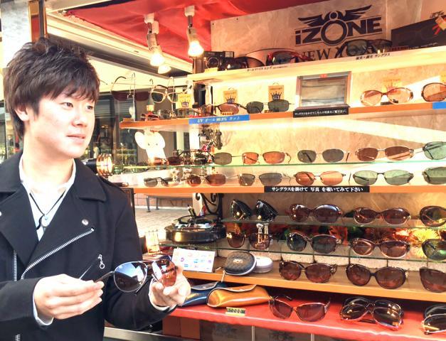 NY発のオシャレなサングラス専門ショップ♪ デザイン、レーベル、機能性など充実のサングラスが沢山☆ 未経験の方も研修で一から丁寧に指導しますので大丈夫ですよ!