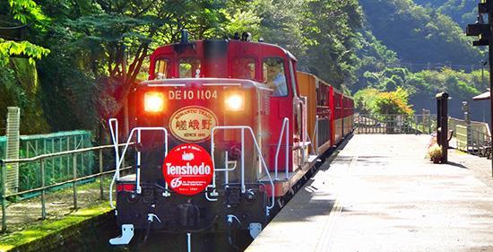 嵯峨野トロッコ電車写真