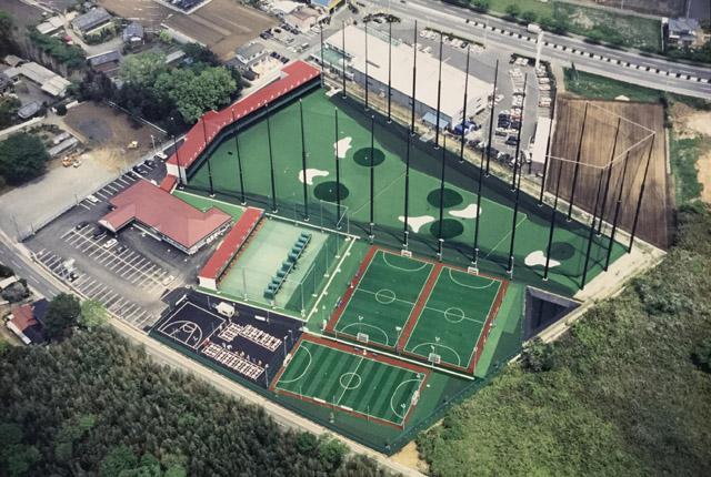 ゴルフ練習場、フットサルコート、バッティング・ピッチング施設、バスケットボールコートなどを備えた総合複合施設です。