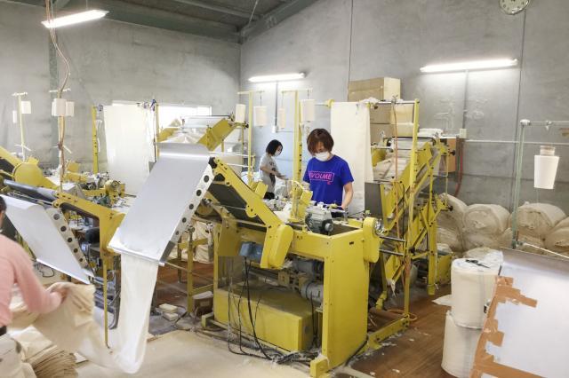 工場では若者から中高年まで幅広い世代のスタッフが活躍中!