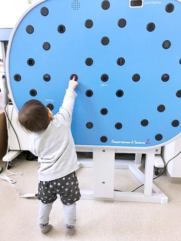 写真は、プロボクサーも取り入れているビジョントレーニングのひとつ。「見る力」をと「脳力」が鍛えられます。