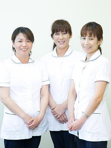左から<br>【外来・オペ室・内視鏡室】の看護師・主任Nさん、【一般病棟(急性期)】の看護師Oさん、ケアワーカー(看護補助)のチーフリーダーTさん