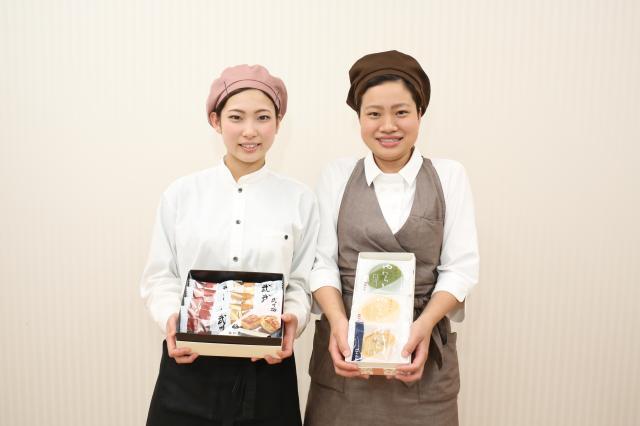 伝統の技術で作られた、見た目も美しく、美味しい和菓子。 一つひとつを丁寧にご案内しましょう♪ ※18:00~働ける学生アルバイトの方も大歓迎!