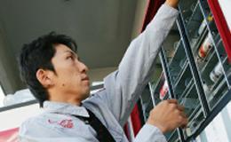 自動販売機へ補充するための商品ピッキングなどの補助的な業務がメインです。