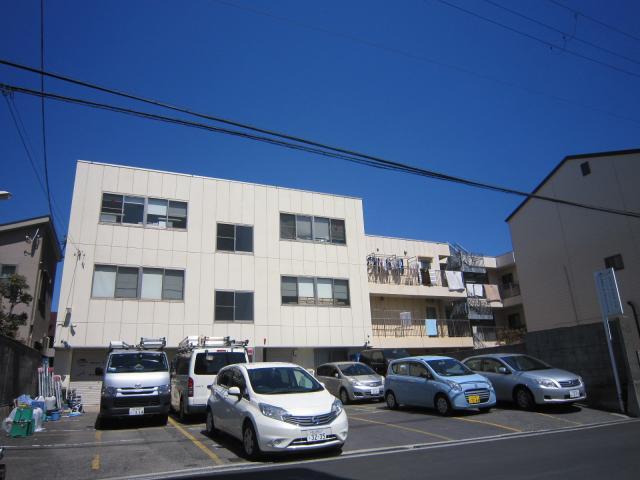 事務所(写真)。大阪府内の当社が請負っている景品交換所が管理先となります。