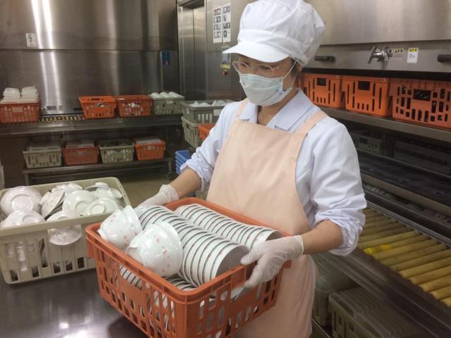 食器は樹脂製で軽々扱えます。