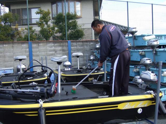 お客様に安心してボートを使っていただけるよう、 洗浄や燃料チェックは念入りに行っています。